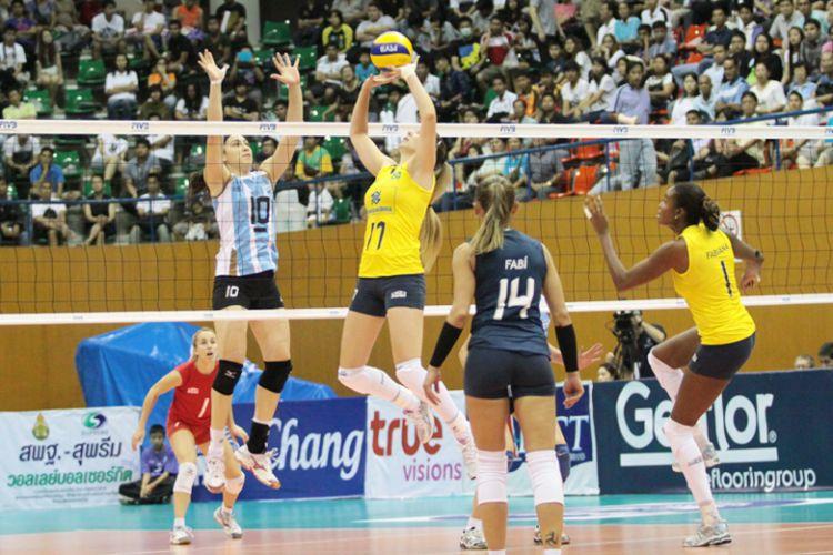 Fabíola faz o levantamento em lance da vitória brasileira por 3 sets a 0 sobre a Argentina. A seleção verde-amarela segue com 100% de aproveitamento no Grand Prix