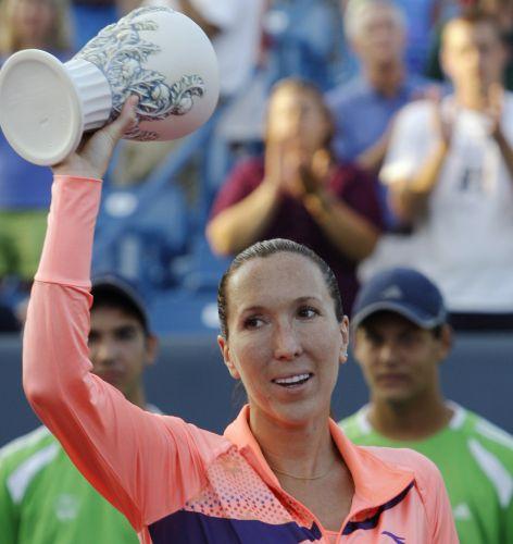 Depois do bom duelo com Sharapova, Jelena Jankovic exibe o troféu de vice-campeão do Torneio de Cincinnati, que a fez seguir com jejum de 17 meses sem ser campeã