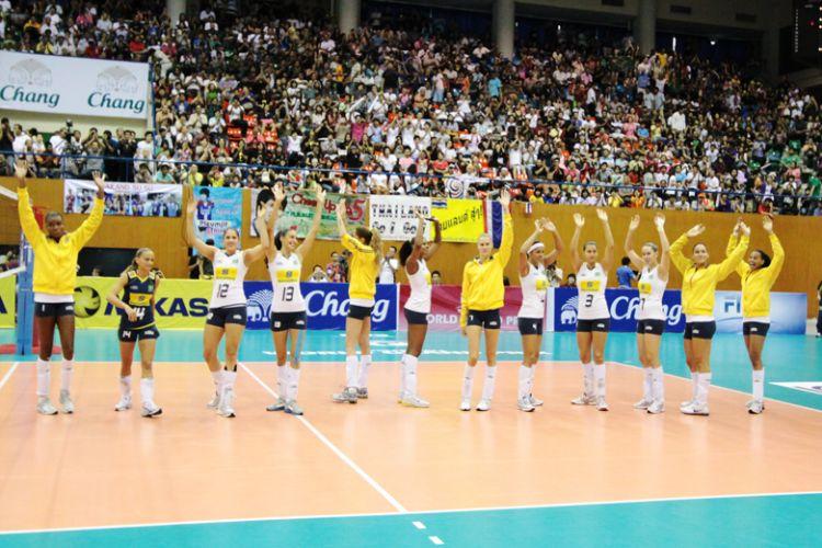 A seleção brasileira confirmou o favoritismo e venceu a Tailândia por 3 sets a 0 neste domingo, assegurando uma campanha com 100% de aproveitamento na primeira fase do Grand Prix