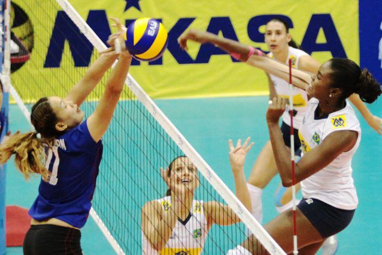 Fabiana encara e explora o bloqueio individual da Tailândia em lance da vitória brasileira por 3 sets a 0