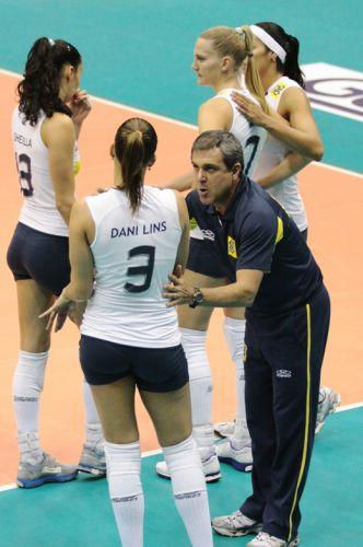 Técnico José Roberto Guimarães conversa com a levantadora Dani Lins durante intervalo do jogo entre Brasil e Tailândia