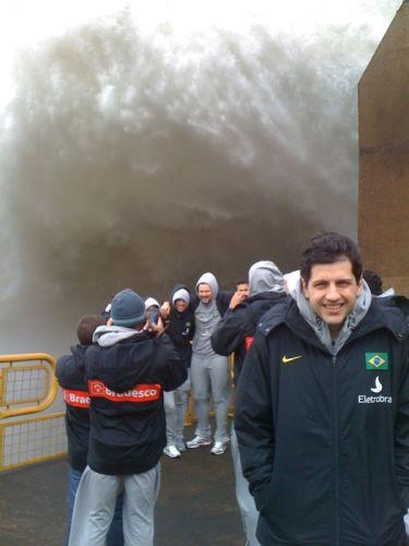 Guilherme Giovannoni posa para fotos em Itaipu; jogadores da seleção brasileira de basquete visitaram a usina e receberam homenagem