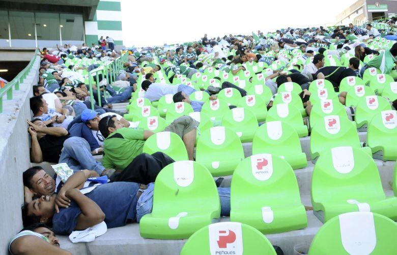 Tiroteio obriga torcida a se proteger durante partida da primeira divisão do futebol mexicano
