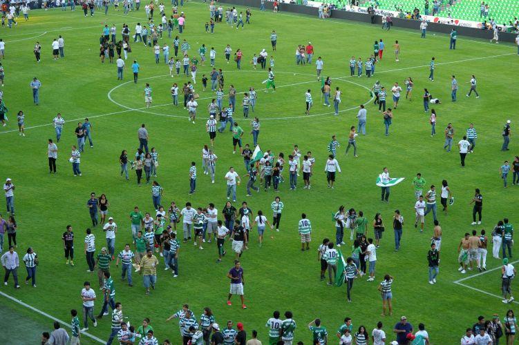 Campo de futebol foi tomado pelos torcedores que também tentavam deixar o estádio depois que um tiroteio interrompeu a partida entre Morelia e Santos, na cidade de Torreón