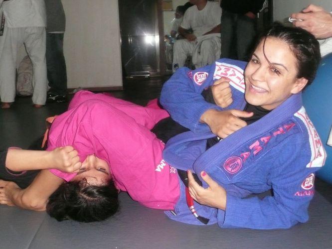 Kyra Gracie brinca de luta com criança. Um dos objetivos da atleta é provar que é possível ser feminina e competir no universo das lutas