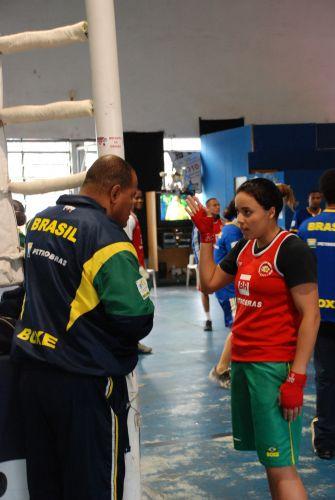 Treinador Cláudio Aires conversa com Roseli Feitosa durante treino da seleção brasileira de boxe.