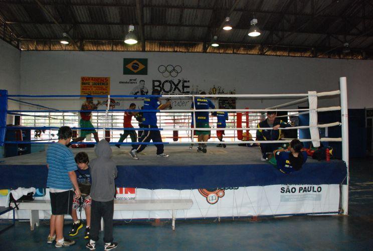 Garotos acompanham treinamento da seleção brasileira de boxe.