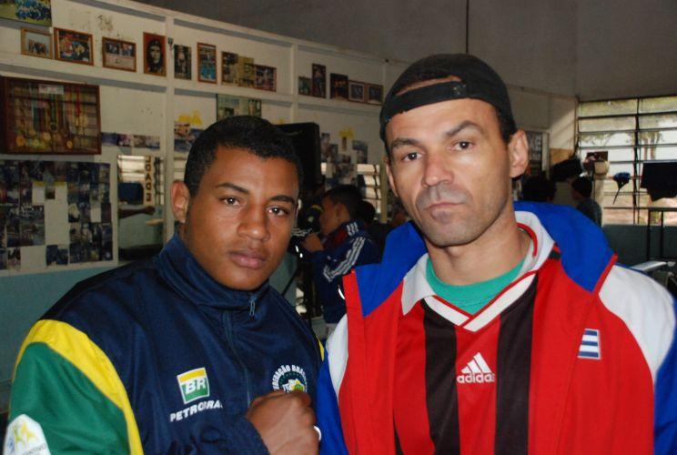 David Costa (esquerda) posa com seu pai, o ex lutador Aílton Cardoso, que foi quem o incentivou para o esporte.
