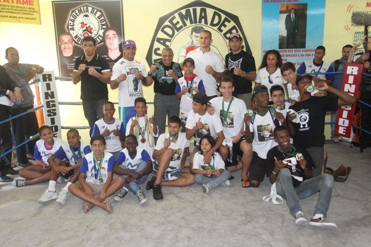 Lutadores Minotauro, Minotouro, Vitor Belfort e Júnior Cigano visitam academia no Morro do Cantagalo, no Rio de Janeiro