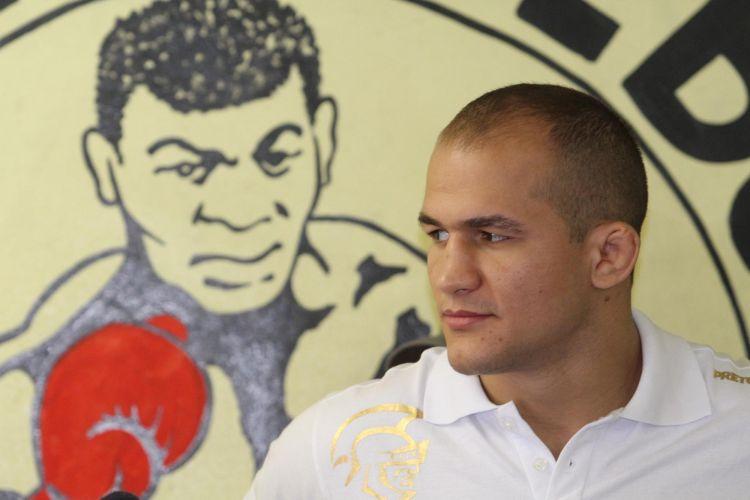 Júnior Cigano durante visita dos lutadores do UFC ao Morro do Cantagalo, nesta terça-feira. No fim de semana, HSBC Arena receberá edição do UFC