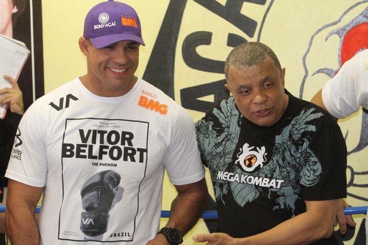 Vitor Belfort sorri durante visita ao Morro do Cantagalo, no Rio de Janeiro