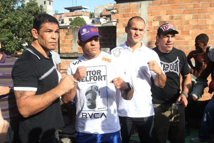 Lutadores Minotauro, Minotouro, Vitor Belfort e Júnior Cigano posam para fotos durante visita ao Morro do Cantagalo, no Rio de Janeiro
