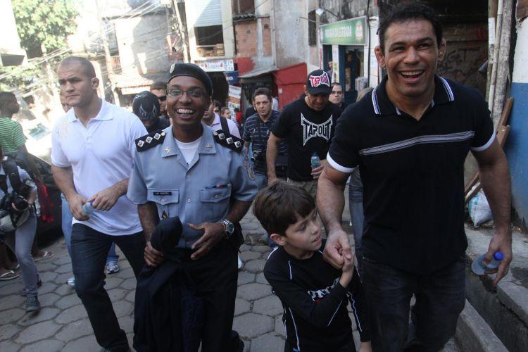 Júnior Cigano e Minotauro caminham pelas ruas do Morro do Cantagalo nesta terça-feira