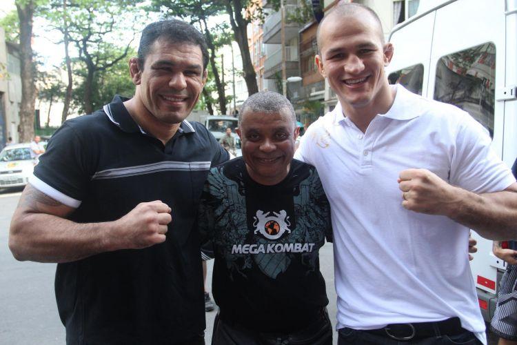 Lutadores visitaram o Morro do Cantagalo, nesta terça-feira, no Rio de Janeiro. Cidade receberá edição do UFC neste fim de semana