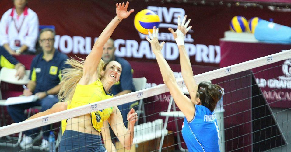 Thaísa ataca contra o bloqueio de Sara Anzanello na vitória do Brasil sobre a Itália por 3 sets a 0