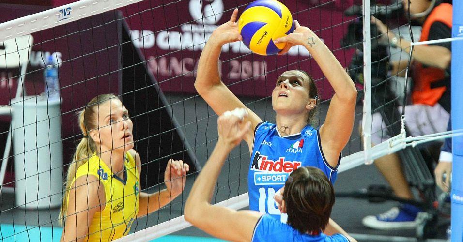 Mari observa enquanto Eleonora Lo Bianco faz levantamento para ataque italiano