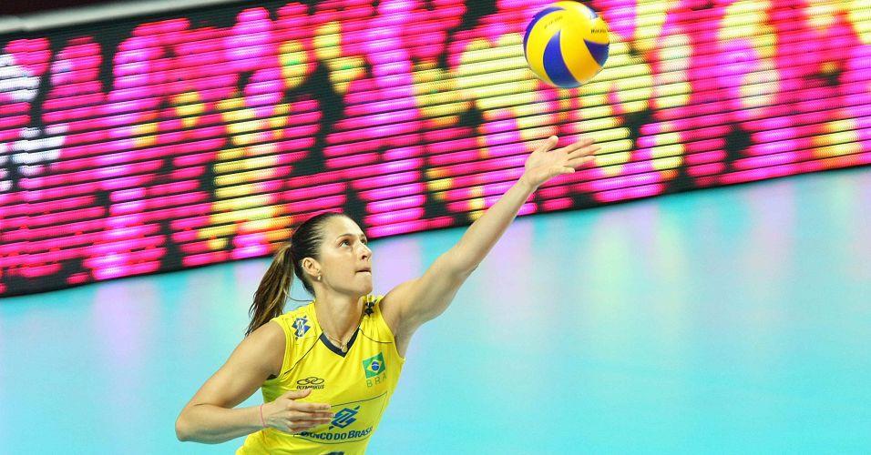Dani Lins prepara saque na vitória brasileira sobre a seleção italiana