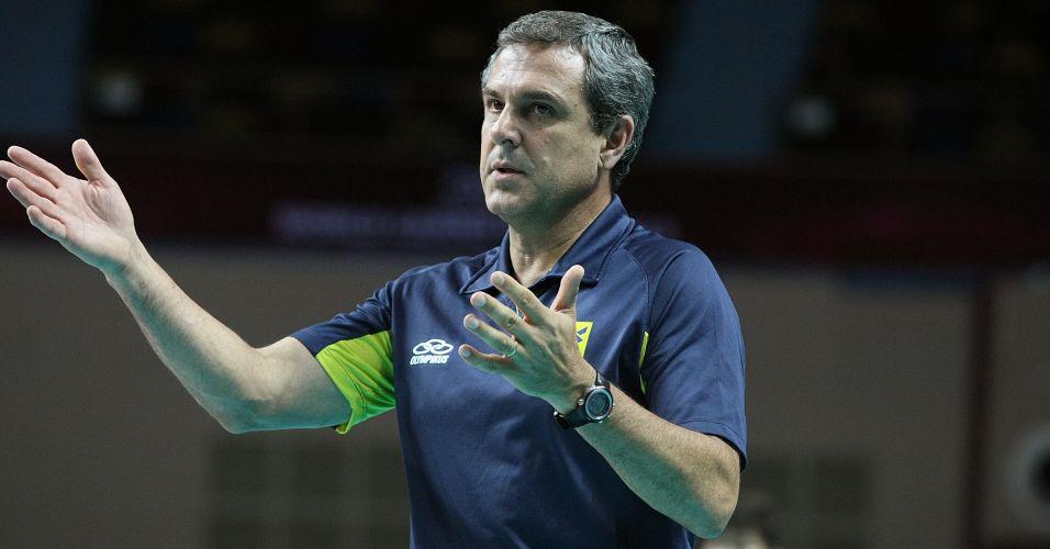 José Roberto Guimarães orienta jogadoras brasileiras durante a vitória sobre a Itália