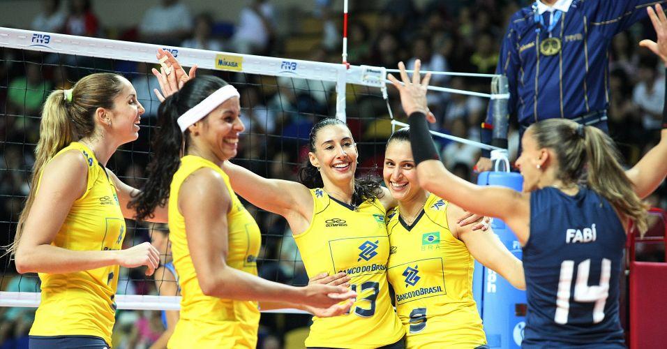 Thaisa, Paula Pequeno, Sheilla, Dani Lins e Fabi comemoram ponto na vitória brasileira sobre a Itália