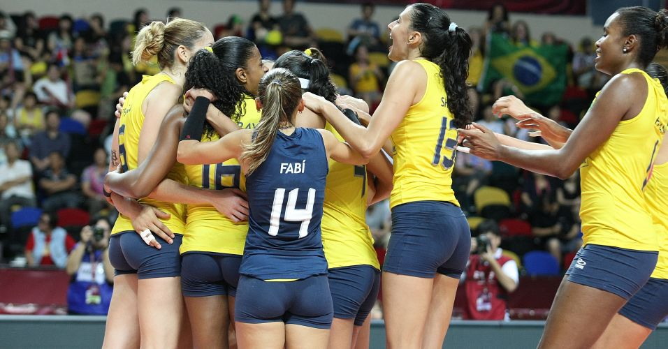 Jogadoras da seleção brasileira comemoram vitória sobre a Itália pelo Grand Prix