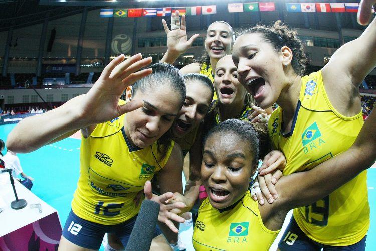 Jogadoras brasileiras mandam recados em câmera de TV após vitória sobre a Itália