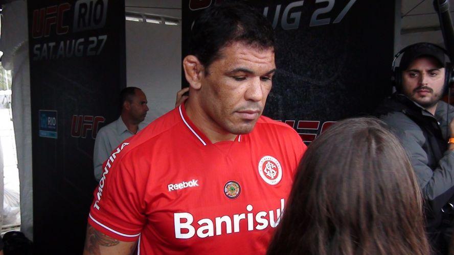 Se Anderson Silva apareceu com o agasalho do Corinthians, Minotauro também entrou na onda do futebol e vestiu camisa do Internacional, de Porto Alegre, durante treino aberto na praia de Copacabana