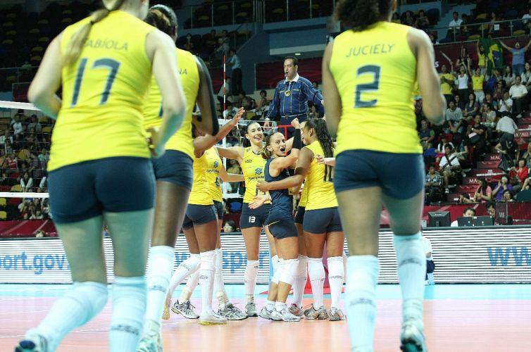Jogadoras da seleção brasileira comemoram. Equipe derrotou o Japão por 3 sets a 0 (parciais de 25-17, 25-22 e 25-21) em Macau, manteve o aproveitamento de 100% no Grand Prix e se classificou para as semifinais da competição