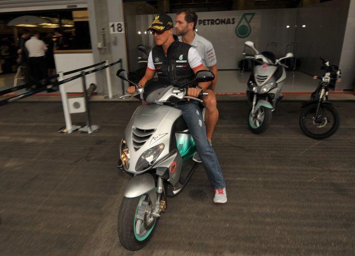 De moto, Michael Schumacher se prepara para deixar os boxes no circuito de Spa-Francorchamps. Piloto alemão comemora 20 anos de sua estreia na Fórmula 1