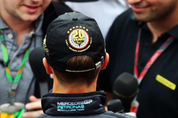 Michael Schumacher concede entrevista a jornalistas no circuito de Spa-Francorchamps. Piloto alemão usou um boné no qual faz uma referência aos seus 20 anos de estreia na Fórmula 1