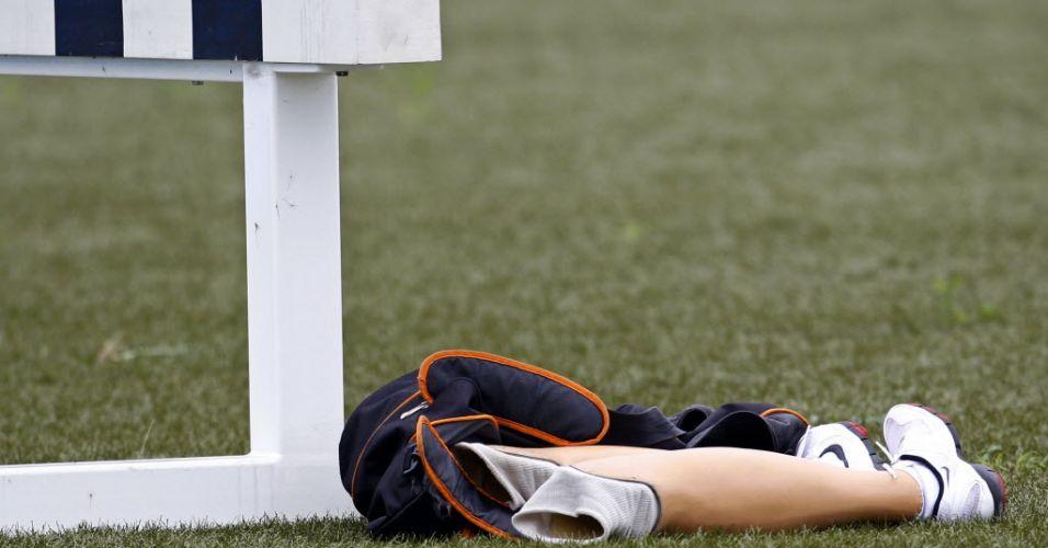 Pernas postiças pertencentes ao atleta sul-africano Oscar Pistorius são vistas no chão durante treino para o Mundial de Daegu