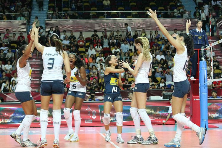 Sassá, Dani Lins, Fernanda Garay, Fabi, Thaísa e Sheilla comemoram a vitória do Brasil sobre os Estados Unidos, por 3 sets a 1