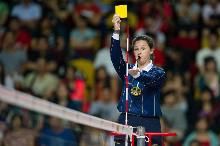 De tanto reclamar, José Roberto Guimarães é advertido com cartão amarelo pela árbitra espanhola Susana Rodriguez