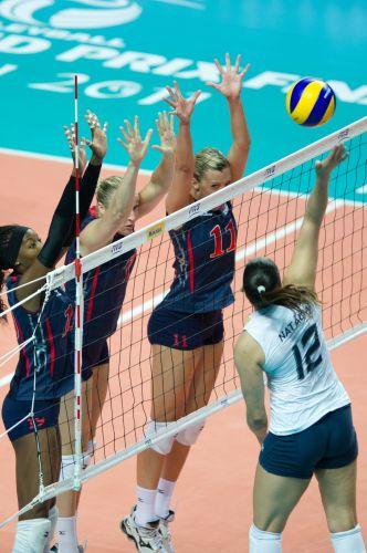 Natália tenta superar o bloqueio americano. Jogadora foi destaque da partida, com 21 pontos marcados