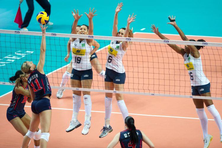 Americana Larson ataca marcada pelo bloqueio triplo brasileiro, formado por Tandara, Thaísa e Fernanda Garay