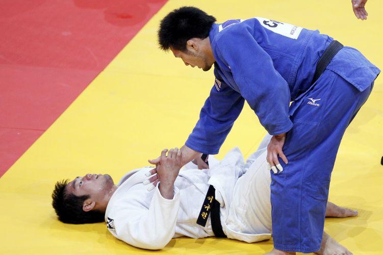 Nenhum desses dois está chorando na foto, mas os dois derramaram algumas lágrimas do Mundial: de branco, Lee Kyu-Won chrou por ter perdido a medalha de bronze para o japonês Takashi Ono. O judoca do Japão também chorou, aliviado por conquistar a medalha após perder na semifinal dos 90kg
