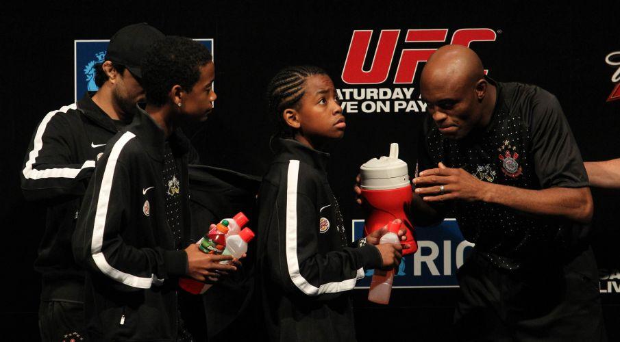 Anderson Silva recebe garotos no palco do UFC Rio, na HSBC Arena