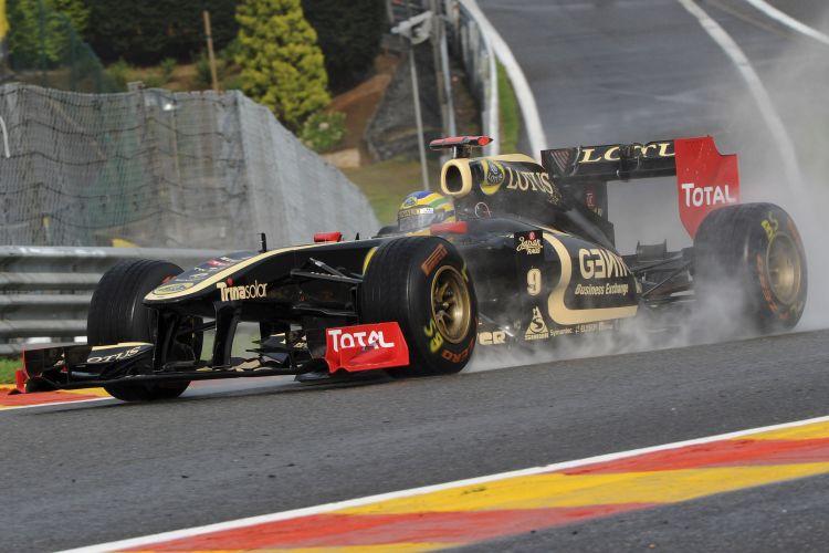 Bruno Senna pilota sua Renault pelo circuito de Spa-Francorchamps. Piloto brasileiro perdeu o controle do carro e bateu de leve durante o primeiro treino livre para o GP da Bélgica