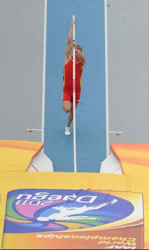 O espanhol Igor Bychkov compete no salto com vara do Mundial da Coreia do Sul