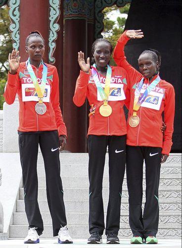As quenianas Priscah Jeptoo, Edna Kiplagat e Sharon Cheropposan posam para foto após receberem as medalhas da maratona no Mundial de atletismo de Daegu, na Coreia do Sul