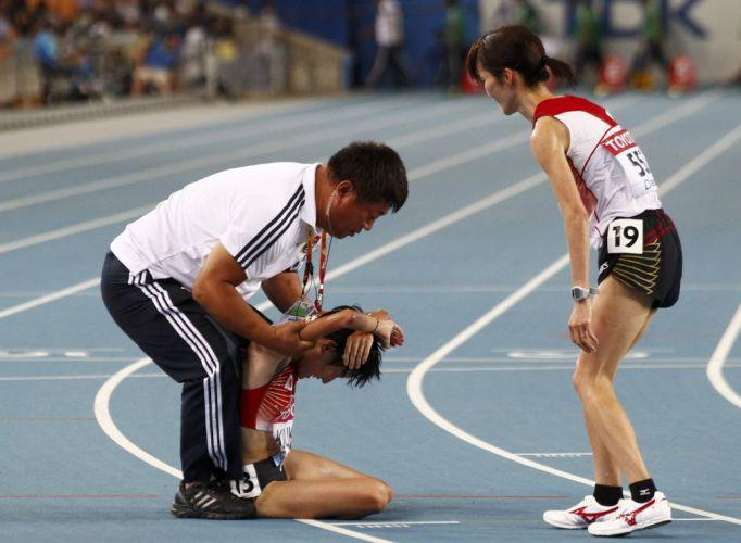 A japonesa Megumi Kinukawa passou mal após a proval dos 10 mil metros e rebeceu ajuda de um membro da comissão técnica japonesa e da compatriota Kayo Sugihara