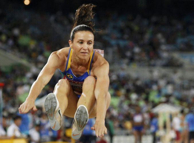 Campeã olímpica, Maurren Maggi salta durante a etapa classificatória do salto em distância em Daegu