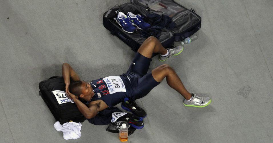 Durante o intervalo da prova de salto do decatlo, o norte-americano Ashton Eaton parecia nem lembrar que estava na disputa do Mundial de atletismo