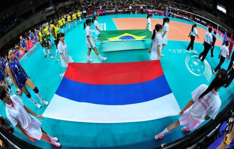 Diante das bandeiras nacionais, seleções se preparam para entrar em quadra na primeira semifinal do Grand Prix; Brasil vence Rússia por 3 a 0 e está na decisão