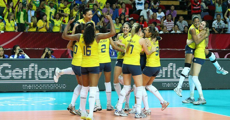 Jogadoras da seleção brasileira comemoram na vitória por 3 a 0 sobre a Rússia na semifinal do Grand Prix
