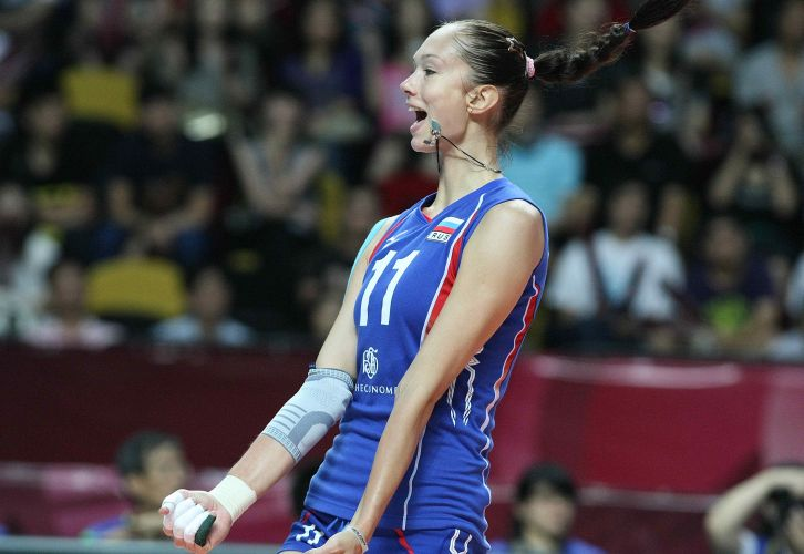 Russa Gamova festeja uma de seus 17 pontos; gigante de 2,02 m foi a maior pontuadora da semifinal, mas não foi decisiva e viu o Brasil vencer por 3 a 0 e chegar à final do Grand Prix
