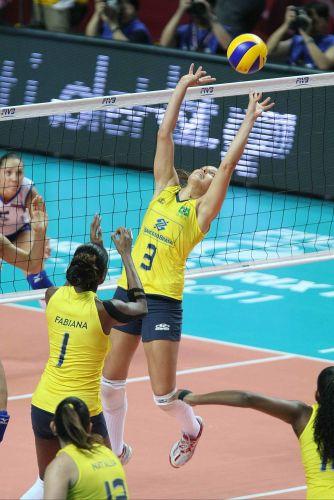 Levantadora Dani Lins aciona ataque brasileiro na vitória por 3 a 0 sobre a Rússia na semifinal do Grand Prix