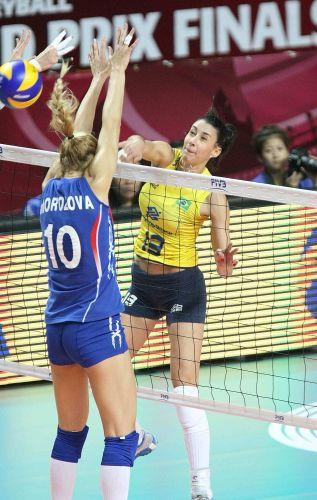 Oposta Sheilla encara bloqueio simples russo na vitória do Brasil por 3 a 0 sobre a Rússia pela semifinal do Grand Prix