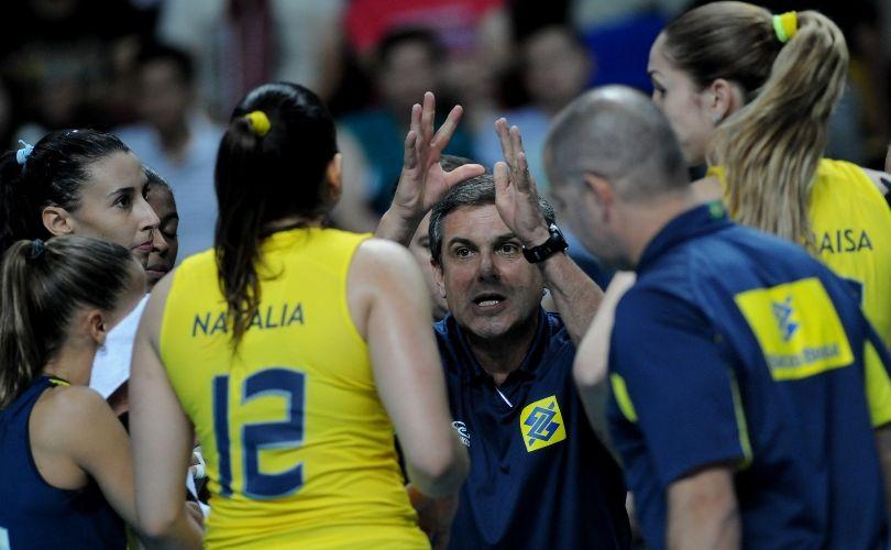 Técnico José Roberto Guimarães chama atenção de suas jogadoras na vitória por 3 a 0 sobre a Rússia na semifinal do Grand Prix