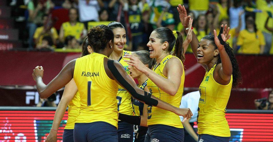 Jogadoras da seleção brasileira sorriem e festejam vitória por 3 a 0 sobre a Rússia; equipe verde-amarela vai à final invicta: 13 vitórias em 13 jogos disputados