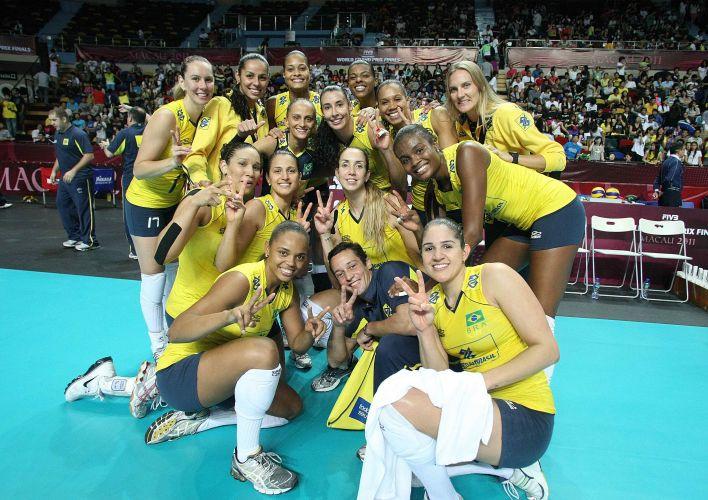 Com as lesionadas Paula Pequeno (2º da esq) e Mari (d), seleção brasileira posa para a foto após vitória por 3 a 0 sobre a rival Rússia na semifinal do Grand Prix